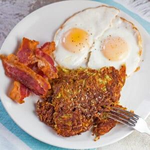 sobrecarga cuadrada grande en ángulo de las croquetas de patata caseras en un desayuno de 2 huevos.