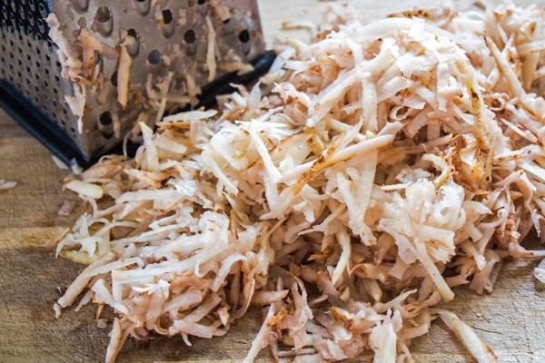 Patatas tostadas ralladas listas para empezar a freír para hacer croquetas caseras.