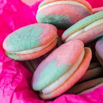 ¡Mis galletas de azúcar doble súper suaves son la base de estos sándwiches de galletas pastel de Pascua!