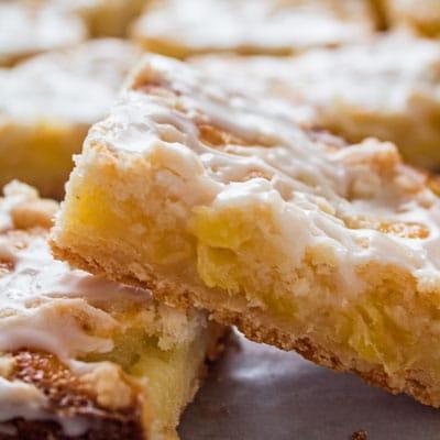 Les barres d'ananas riches et délicieuses sont tout simplement incroyables avec de l'ananas frais ou en conserve!