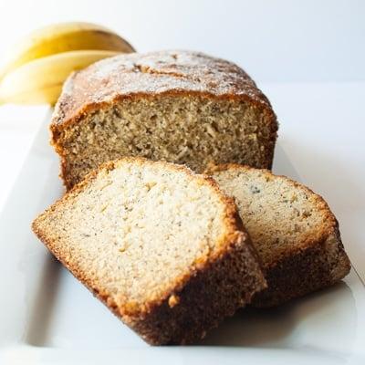 وصفة خبز الموز فائقة النعومة واللذيذة المفضلة لدى عائلتي منذ ما يقرب من عقدين من الزمن !! @ bakeitwithlove.com