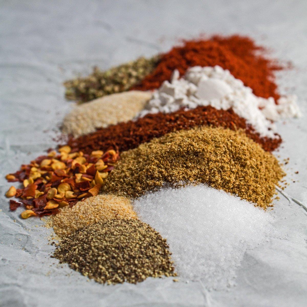 Semua bahan yang anda perlukan untuk membuat campuran perasa taco buatan sendiri.