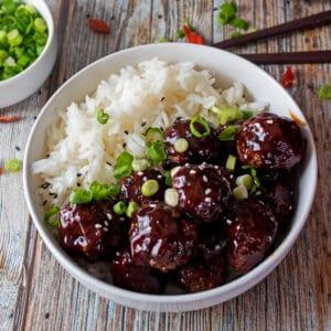 Mine kinesiske oksekødkødboller med hoisin ingefærsauce er den perfekte smagfulde fest-forretter, som alle elsker!