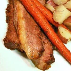 roti bakar oven yang dihiris disajikan dengan lobak merah dan kentang.