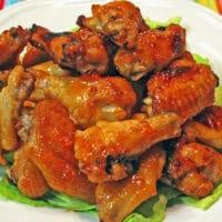 Receita de asas de frango com glacê de damasco Sriracha