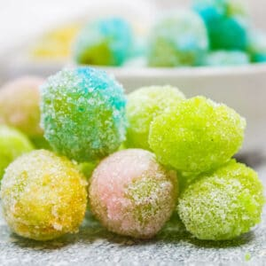 Bergembiralah pelangi dengan anak-anak anda dan buat anggur gula-gula berwarna-warni ini!