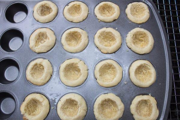 jordgubbs shortcake kakor koppar urholkade och svalna i pannan