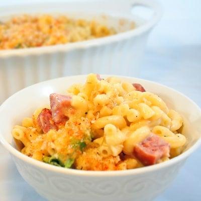 Macarrones con queso horneados al horno con salchicha ahumada y brócoli, www.bakeitwithlove.com