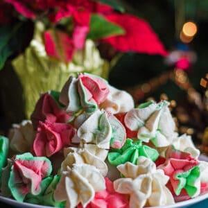gran cuadrado recto en la imagen de los merengues de masa de pastel de Navidad rojo, verde y blanco.