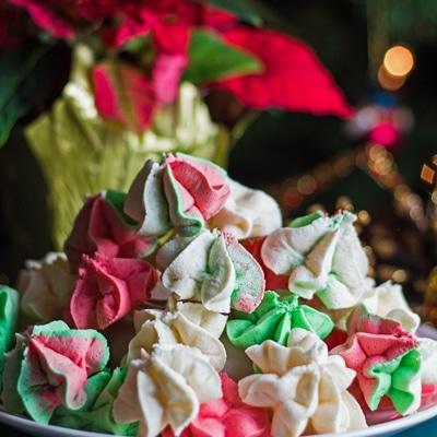 kotak kecil lurus pada gambar meringue adunan kek Krismas hijau dan putih merah.