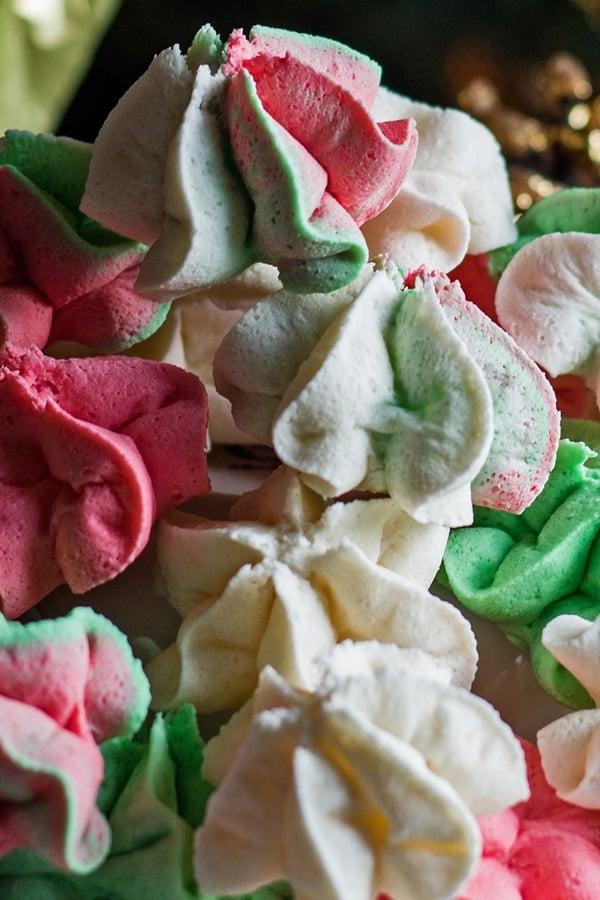 imagen de primer plano vertical de los merengues de masa de pastel de Navidad rojo, verde y blanco.