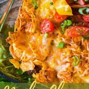 Katmanlı nacho peynirli doritis ve kıyma güveç görüntüsünü kapat