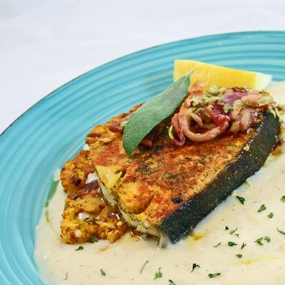 Filetes de fletán a la plancha con salsa blanca cremosa de limón y eneldo y filete de coliflor, BakeItWithLove.com