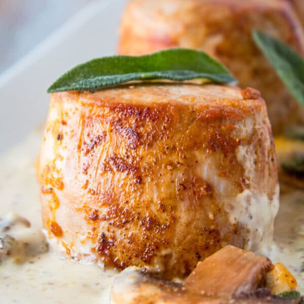 Los deliciosos y tiernos filetes de lomo de cerdo se doran en la sartén hasta que estén dorados y se reservan mientras se usan los jugos de la sartén para hacer esta rica y cremosa salsa de champiñones.