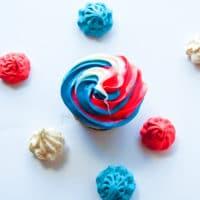 Cupcakes Funfetti rojo, blanco y azul de vainilla