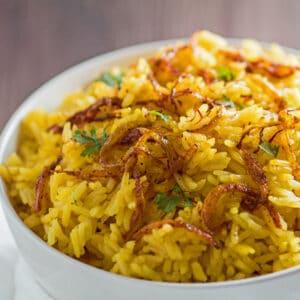 imagen cuadrada grande del fragante arroz jazmín con azafrán listo para servir.