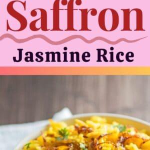 alfiler con 2 imágenes del arroz jazmín con azafrán cocido servido en un bol blanco para servir.