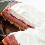 كيكة جيلو بالشوكولاتة البيضاء والتوت العليق في Delectable ، www.delectablecookingandbaking.com