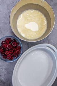 bing cherry clafoutis-ingredienser kombinerade innan de överfördes till bakformen och tillsatt de gropade och halverade söta svarta körsbär