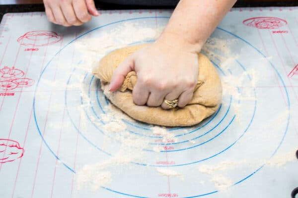 عجينة خبز القمح الكامل تعجن قبل الرفع