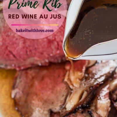 pasador vertical con vino tinto de costilla en juse que se vierte sobre el asado de costilla.