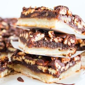 Barras de pastel de chocolate y nueces