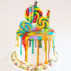 रेनबो लॉलीपॉप ड्रिप केक, शाही आइसिंग ड्रिप और इंद्रधनुष लॉलीपॉप के साथ 6 इंच 4 परत वनीला केक
