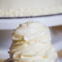Recette de glaçage à la crème au beurre à la vanille qui est non seulement rapide et facile à faire, mais aussi notre glaçage préféré et le plus polyvalent jamais!