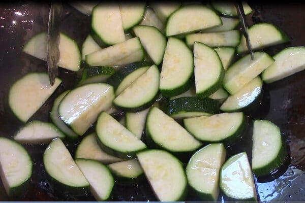 calabacín en rodajas cocinado después del pollo pero antes de agregar los champiñones, el ajo, el jengibre y la salsa
