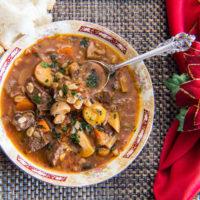 ¡Esta sopa de cebada de res y costillas sobrantes con champiñones es el uso perfecto para las sobras de las costillas asadas!