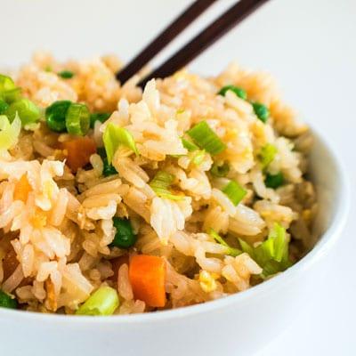 आमचा सुपर इझी तळलेला तांदूळ अगदी तसाच म्हणतो, खरोखर सोपे आणि अगदी त्वरित!