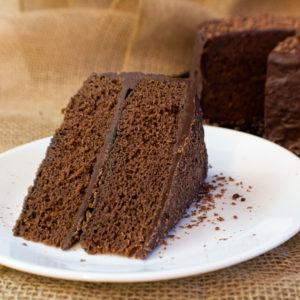 सुपर रिच और बनाने में आसान, फूडी फ्रॉस्टिंग के साथ हमारा फ्यूज केक एक क्लासिक परिवार का पसंदीदा इलाज है!