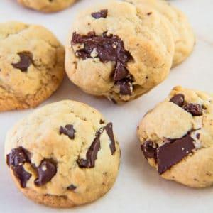 ¡Las galletas con chispas de chocolate de lote suave perfecto están a solo minutos de distancia con esta receta fácil del método de un tazón!