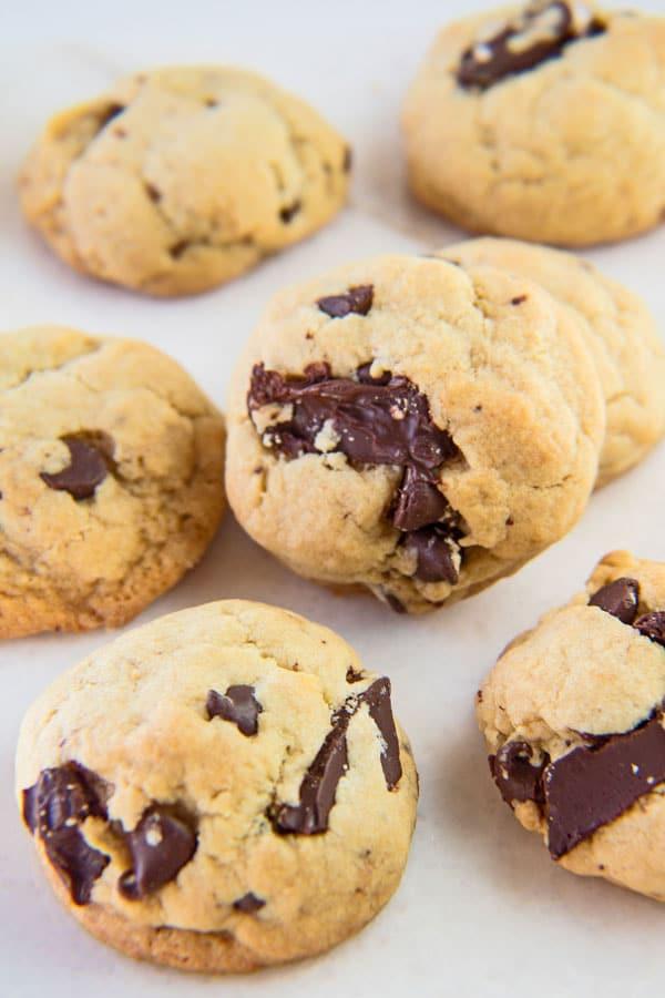 ¡Estas galletas esponjosas con forma de pastel son realmente las mejores y más perfectas galletas con chispas de chocolate por lotes!