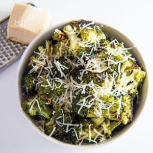 Lätt rostad broccoli med vitlök och parmesan är en lätt sidrätter som tar fram de bästa smakerna av din broccoli!