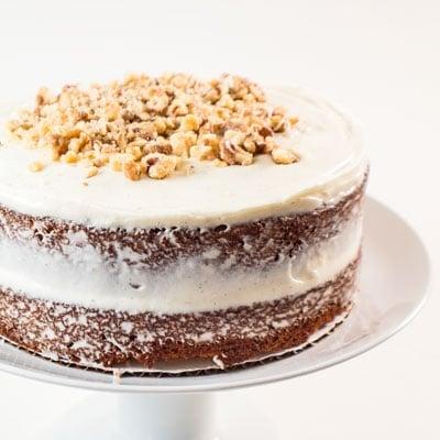 Le gâteau aux carottes avec glaçage au fromage à la crème est le dessert de Pâques parfait - subtilement épicé et garni d'un riche glaçage au fromage à la crème aux gousses de vanille!
