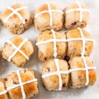 Sıcak Çörekler, Kutsal Cuma ve Paskalya Tatillerinde tadını çıkarmak için eğlenceli ve lezzetli bir ikramdır!