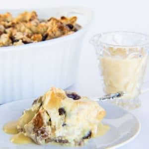 Irish Soda Bread Pudding with Bailey's Crème Anglaise är en speciell dessert fylld med fantastiska smaker!