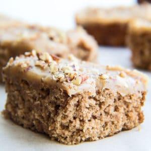 El pastel de avena irlandés a la antigua con glaseado de nuez y caramelo es un pastel súper húmedo horneado a la perfección con el glaseado de salsa de caramelo perfecto y fácil de cocinar.