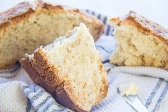 पारंपरिक आयरिश सोडा ब्रेड पाव फाड़ दिया और मक्खन के लिए तैयार!