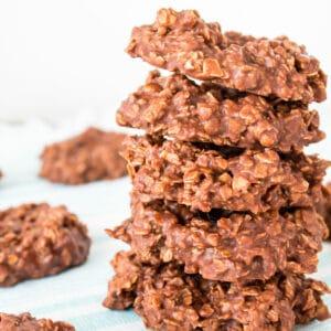 Chocolate Oatmeal No Bake Cookies sem manteiga de amendoim são biscoitos crocantes e fudgy que são super fáceis e feitos em 5 minutos