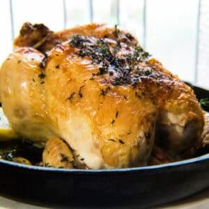 कास्ट आयर्न भाजलेले लिंबू औषधी वनस्पती चिकन