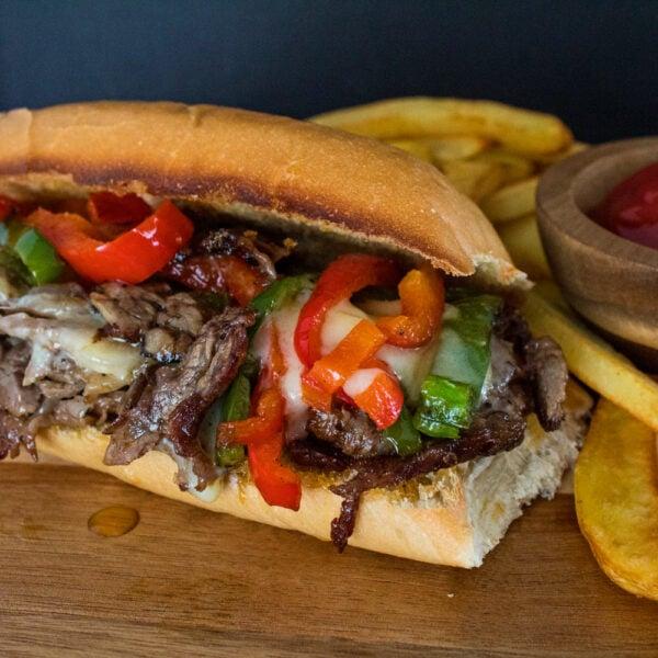 Leftover Prime Rib Philly Cheesesteak Sandwich é uma combinação incrível de costela assada, pimentão e queijo derretido em um sanduíche