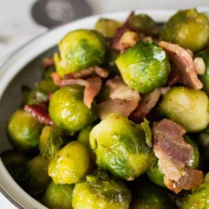 Maple Roasted Brussel Sprouts with Bacon dan Toasted Walnut merupakan lauk sayur manis dan asin untuk liburan