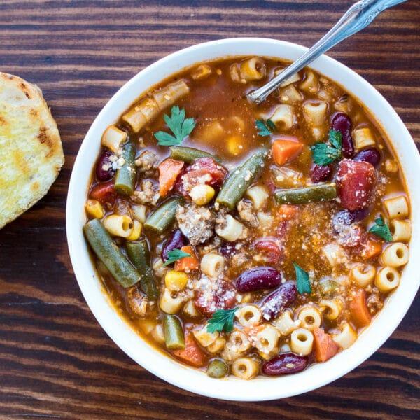 Pasta e Fagioli Soup är en rejäl italiensk soppa med pasta, italiensk korv och grönsaker