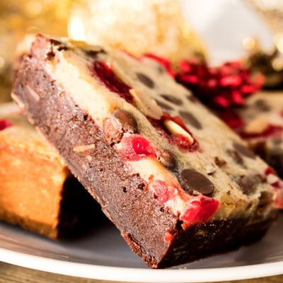 आपल्या सर्व चॉकलेट कव्हर चेरी प्रेमींसाठी चॉकलेट चिप मराशिनो चेरी बदाम बार्स एक विकृतीचा ट्रीट आहे.