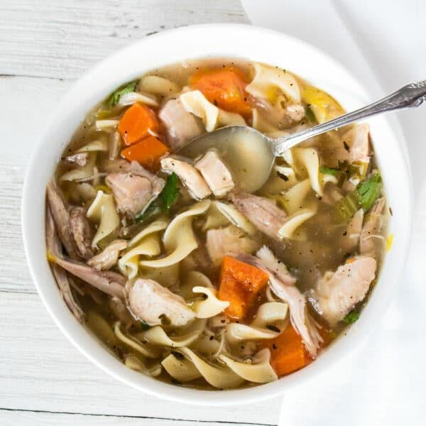 La abundante sopa de fideos de pavo sobrante es una deliciosa comida reconfortante para disfrutar durante todo el año.