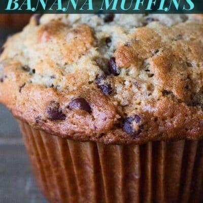 Pino de muffins de banana de chocolate com sobreposição de texto.