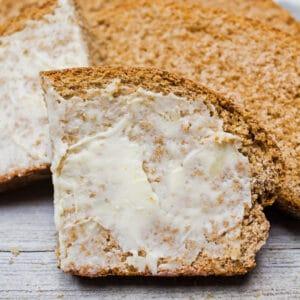 Esta receita fácil de pão integral caseiro a partir do zero é definitivamente perfeita para um maravilhoso pão de sanduíche e pãezinhos soberbos também!
