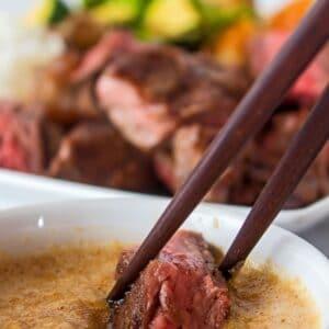 ¡Esta salsa de jengibre hibachi es perfecta para mojar tus carnes y verduras estilo hibachi favoritas!